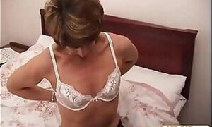 Amateur old lady wants to fuck other men on cam