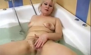 Experienced lady satisfies her wet pussy in a bath AnalDin