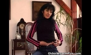 Mature mom with saggy tits works her hairy pussy xVideos
