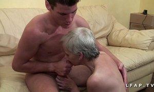 Mamy libertine veut du sperme chaud de jeunot pour son casting porno xVideos