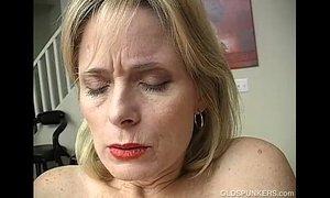 Mature amateur has an orgasm xVideos