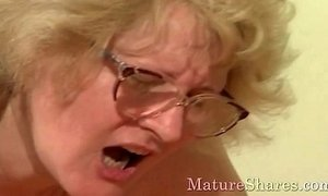 Old lady does crazy things xVideos