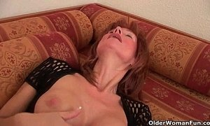 Sultry senior lady is toying her meaty pussy xVideos